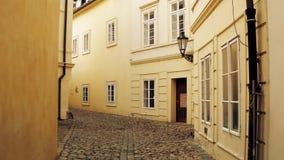 PRAGUE TJECKIEN - DECEMBER 3, 2016 skottet för steadicam 4K av smal kullersten stenlade den tomma gatan Gammal européTown arkivfilmer