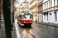 Prague Tjeckien - December 24, 2016 - spårvagnkollektivtrafik på gatan Dagligt liv i staden Vardagsliv Arkivfoto