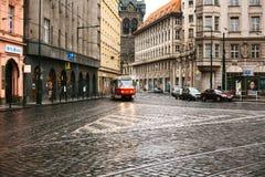 Prague Tjeckien - December 24, 2016 - spårvagnkollektivtrafik på gatan Dagligt liv i staden Vardagsliv Royaltyfri Bild