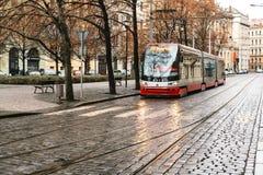 Prague Tjeckien - December 24, 2016 - spårvagnkollektivtrafik på gatan Dagligt liv i staden Vardagsliv Arkivfoton
