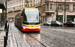 Prague Tjeckien - December 24, 2016 - spårvagnkollektivtrafik på gatan Dagligt liv i staden Vardagsliv Royaltyfria Bilder