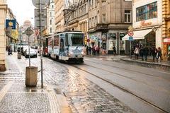 Prague Tjeckien - December 24, 2016 - spårvagnkollektivtrafik på gatan Dagligt liv i staden Vardagsliv Arkivbilder