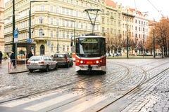Prague Tjeckien - December 24, 2016 - spårvagnkollektivtrafik på gatan Dagligt liv i staden Vardagsliv Fotografering för Bildbyråer