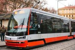 Prague Tjeckien - December 24, 2016 - spårvagnkollektivtrafik på gatan Dagligt liv i staden Vardagsliv Royaltyfri Foto