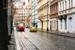 Prague Tjeckien - December 24, 2016 - spårvagnkollektivtrafik på gatan Dagligt liv i staden Vardagsliv Royaltyfria Foton