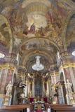 PRAGUE TJECKIEN: Den barocka kyrkan Kostel Svaté Alexandrijské med freskomålningen i kupol vid VÃ-¡ clav VavÅ™inec Reiner royaltyfria foton