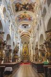 PRAGUE TJECKIEN, 2018: Den barocka kyrkliga ¡en e för kostelSvatého Tomà ¡ Å med frescoesna vid VÃ-¡ clav VavÅ™inc Reiner arkivfoton