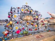 PRAGUE TJECKIEN - 20 Februari 2018 Förälskelse låser på Charles Bridge som är en historisk bro, som korsar den Vltava riven Royaltyfria Bilder