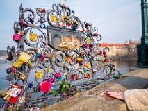 PRAGUE TJECKIEN - 20 Februari 2018 Förälskelse låser på Charles Bridge som är en historisk bro, som korsar den Vltava riven Arkivbilder