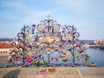 PRAGUE TJECKIEN - 20 Februari 2018 Förälskelse låser på Charles Bridge som är en historisk bro, som korsar den Vltava riven Arkivfoton