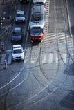 PRAGUE TJECKIEN, 25 Februari, 2018: Polisbilen passerar spårvagnen nummer 15 på nikuven för ½ för Stefaniks broStefï ¿ mest nolla Royaltyfri Bild