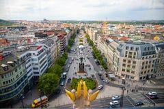 Prague Tjeckien - 6 05 2019: Flyg- sikt av Wenceslas Square fr?n nationellt museum i Prague, Tjeckien fotografering för bildbyråer