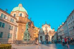 PRAGUE TJECKIEN - 20 08 2018: Fyrkant nära den Charles bron arkivfoto