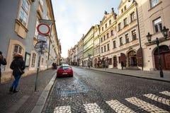 24 01 2018 Prague, Tjeckien - gå till och med gatorna Royaltyfri Foto