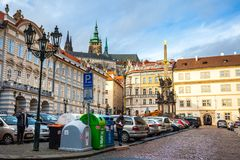 24 01 2018 Prague, Tjeckien - gå till och med gatorna Royaltyfria Bilder