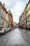 24 01 2018 Prague, Tjeckien - gå till och med gatorna Royaltyfria Foton