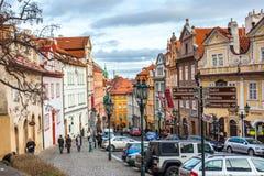 24 01 2018 Prague, Tjeckien - gå till och med gatorna Royaltyfri Bild