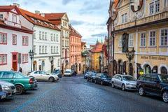 24 01 2018 Prague, Tjeckien - gå till och med gatorna Arkivfoton