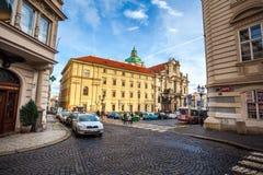 24 01 2018 Prague, Tjeckien - gå till och med gatorna Arkivfoto