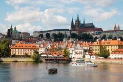 Prague Tjeckien - 4 09 2017: Gammal stad av Prague och det kyrkliga helgonet Vitus i Prague över den Vltava floden Royaltyfri Fotografi