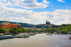 Prague Tjeckien - 4 09 2017: Gammal stad av Prague och det kyrkliga helgonet Vitus i Prague över den Vltava floden Royaltyfri Bild