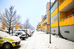 Prague Tjeckien - 16 02 2018: Gata och bilar för snö dold bredvid hus i Prague Royaltyfria Bilder