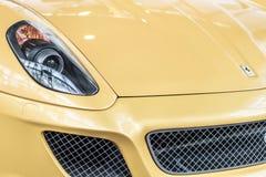 Prague Tjeckien - 16/5/2019 gula Ferrari billyktor royaltyfria bilder