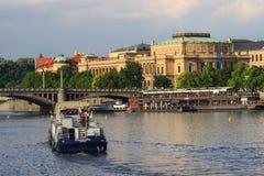 Prague Tjeckien horisont med historiska Charles Bridge Fartygkryssning på den Vltava floden Arkivbilder