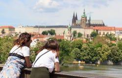 Prague Tjeckien horisont med historiska Charles Bridge Fartygkryssning på den Vltava floden Arkivbild