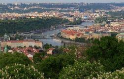 Prague Tjeckien horisont med historiska Charles Bridge Fartygkryssning på den Vltava floden Royaltyfri Fotografi