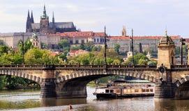 Prague Tjeckien horisont med historiska Charles Bridge Fartygkryssning på den Vltava floden Fotografering för Bildbyråer