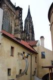 Prague Tjeckien, Januari 2015 Affischtavlakafé på det medeltida huset och sikten av Sten Vitus Cathedral royaltyfri foto