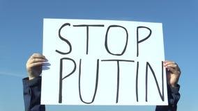 PRAGUE TJECKIEN, JANUARI 1, 2016: Demonstration mot presidenten Vladimir Putin, banerstopp Putin stock video