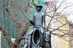 Prague Tjeckien, Januari 2015 Ett fragment av monumentet till Franz Kafka i den judiska fjärdedelen royaltyfri fotografi