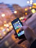 PRAGUE TJECKIEN - JANUARI 5, 2015: Ett närbildfoto av skärmen för start för Apple iPhone 5s med appssymboler Fotografering för Bildbyråer