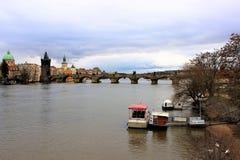 Prague Tjeckien, Januari 2013 Sikt av den Vltava floden och Charles Bridge royaltyfri foto