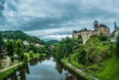 Prague Tjeckien - Juli 02, 2016: Sikt av den gamla slotten Loket och floden Royaltyfri Foto