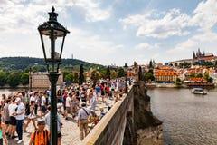 PRAGUE TJECKIEN - JULI 18: Sikt till Charles Bridge på Royaltyfri Foto