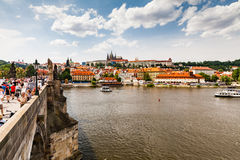 PRAGUE TJECKIEN - JULI 18: Sikt till Charles Bridge på Arkivbild