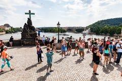 PRAGUE TJECKIEN - JULI 18: Sikt till Charles Bridge på Arkivfoton