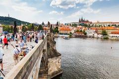 PRAGUE TJECKIEN - JULI 18: Sikt till Charles Bridge på Royaltyfri Bild