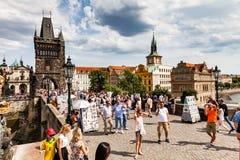 PRAGUE TJECKIEN - JULI 18: Sikt till Charles Bridge på Arkivbilder