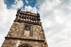 PRAGUE TJECKIEN - JULI 18: Sikt till Charles Bridge på Arkivfoto