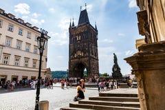 PRAGUE TJECKIEN - JULI 18: Sikt till Charles Bridge på Royaltyfria Foton