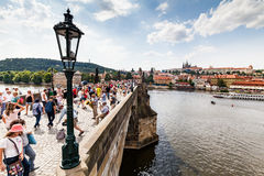 PRAGUE TJECKIEN - JULI 18: Sikt till Charles Bridge på Fotografering för Bildbyråer