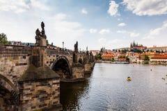 PRAGUE TJECKIEN - JULI 18: Sikt till den Vltava floden från Royaltyfria Foton