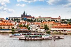 PRAGUE TJECKIEN - JULI 18: Sikt till den Vltava floden från Arkivfoto