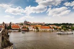 PRAGUE TJECKIEN - JULI 18: Sikt till den Vltava floden från Arkivfoton