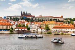 PRAGUE TJECKIEN - JULI 18: Sikt till den Vltava floden från Royaltyfri Fotografi