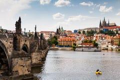PRAGUE TJECKIEN - JULI 18: Sikt till den Vltava floden från Arkivbilder